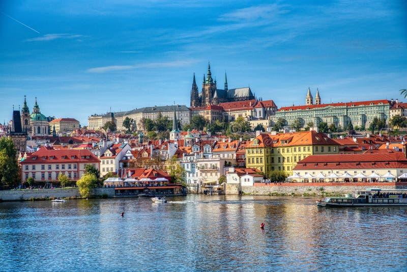 Opinión de Praga del castillo y del agua de Praga imagen de archivo