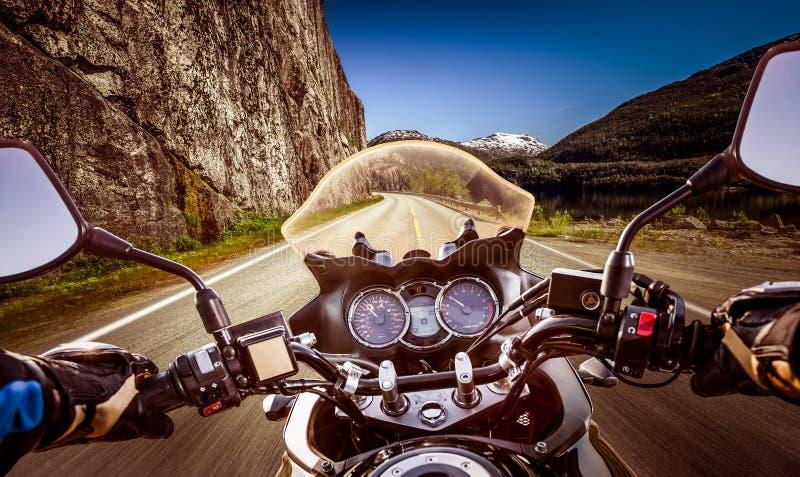 Opinión de primera persona del motorista, serpentina de la montaña imágenes de archivo libres de regalías