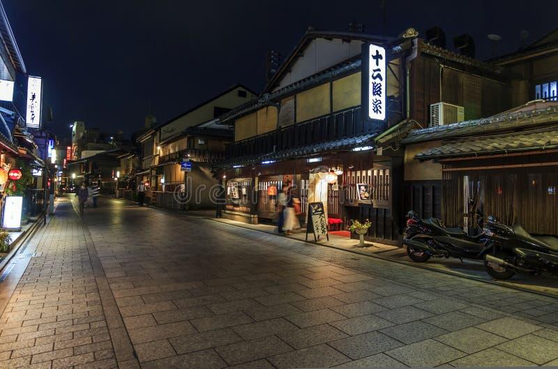 Opinión de salones de té, Hanami-koji, distrito de Gion, Kyoto, Jap de la noche imágenes de archivo libres de regalías