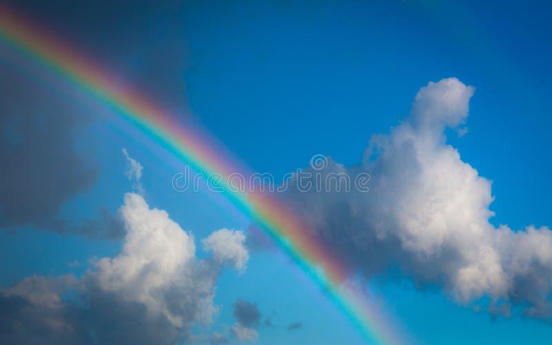 Opinión de Skyscape sobre el cielo azul con el arco iris fotos de archivo libres de regalías