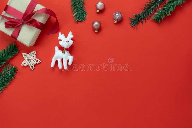 Opinión de sobremesa de las decoraciones de la Feliz Navidad y del concepto de los ornamentos de la Feliz Año Nuevo fotografía de archivo