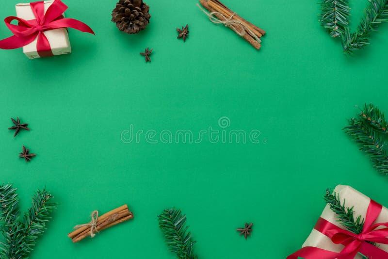 Opinión de sobremesa de las decoraciones de la Feliz Navidad y del concepto de los ornamentos de la Feliz Año Nuevo  foto de archivo libre de regalías
