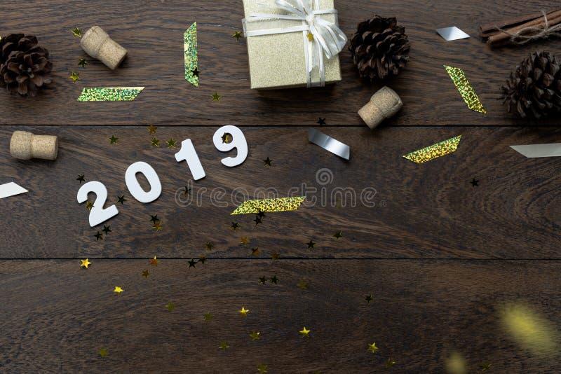 Opinión de sobremesa de las decoraciones de la Feliz Navidad y del concepto de los ornamentos de la Feliz Año Nuevo 2019 foto de archivo libre de regalías