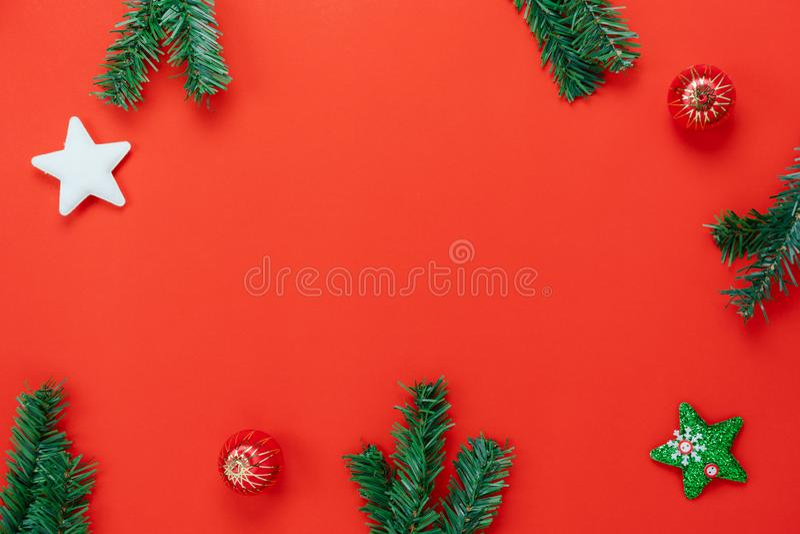 Opinión de sobremesa de las decoraciones de la Feliz Navidad y del concepto de los ornamentos de la Feliz Año Nuevo imagen de archivo libre de regalías