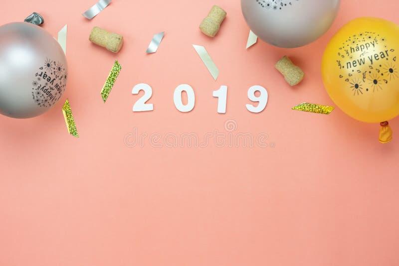 Opinión de sobremesa de las decoraciones de la Feliz Navidad y del concepto de los ornamentos de la Feliz Año Nuevo 2019 fotografía de archivo