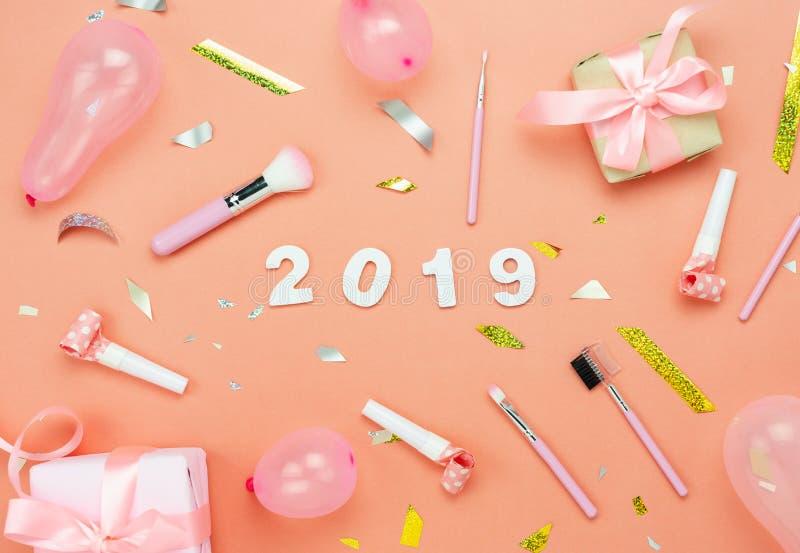 Opinión de sobremesa de las decoraciones de la Feliz Navidad y del concepto de los ornamentos de la Feliz Año Nuevo 2019 fotos de archivo libres de regalías