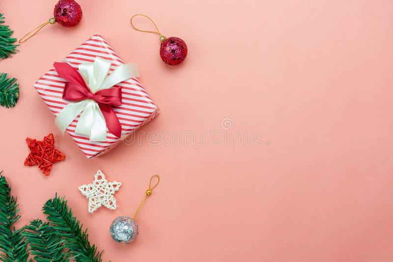 Opinión de sobremesa de las decoraciones de la Feliz Navidad y del concepto de los ornamentos de la Feliz Año Nuevo fotos de archivo