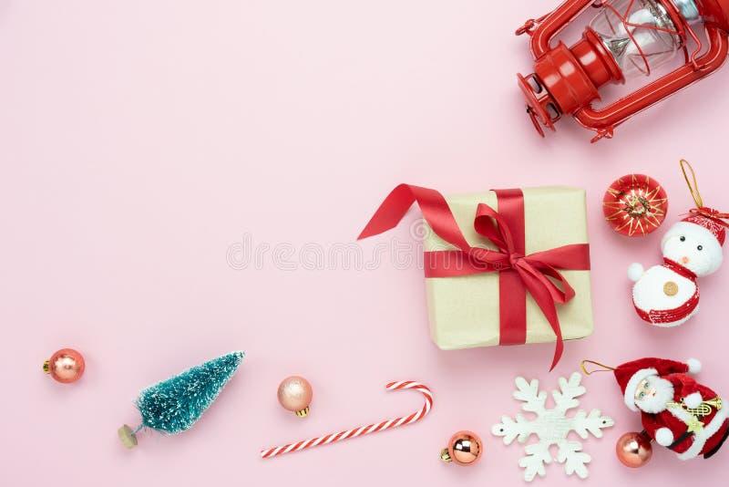 Opinión de sobremesa de las decoraciones de la Feliz Navidad y del concepto de los ornamentos de la Feliz Año Nuevo fotos de archivo libres de regalías