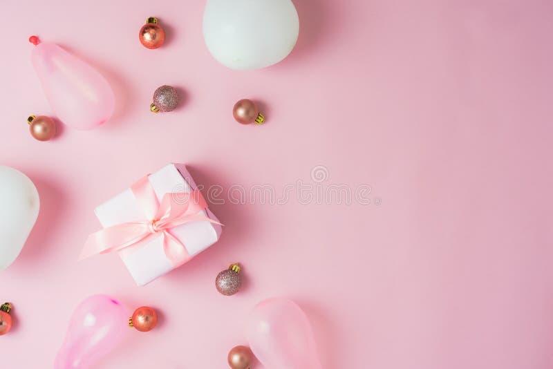 Opinión de sobremesa de las decoraciones de la Feliz Navidad y del concepto de los ornamentos de la Feliz Año Nuevo imágenes de archivo libres de regalías