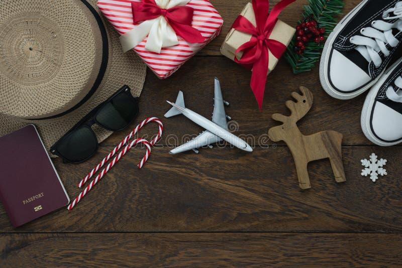 Opinión de sobremesa de las decoraciones de la Feliz Navidad y de los ornamentos de la Feliz Año Nuevo 2019 fotos de archivo libres de regalías