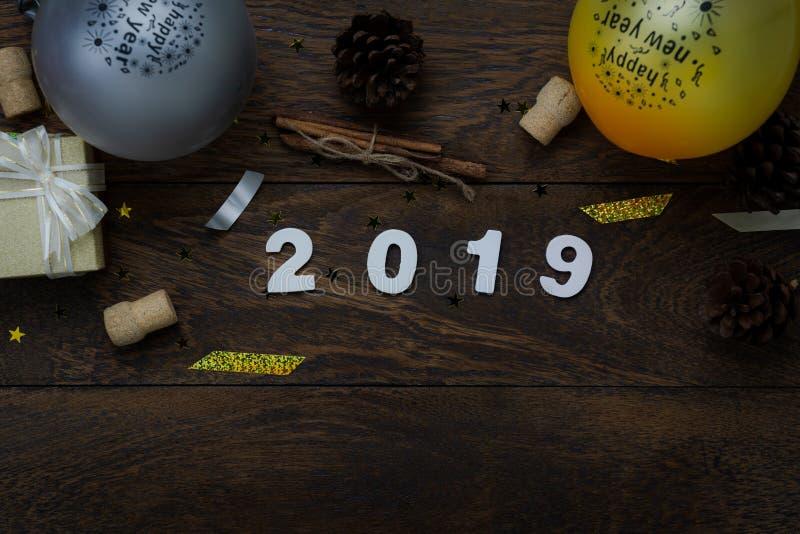 Opinión de sobremesa de las decoraciones de la Feliz Navidad y de los ornamentos de la Feliz Año Nuevo 2019 foto de archivo