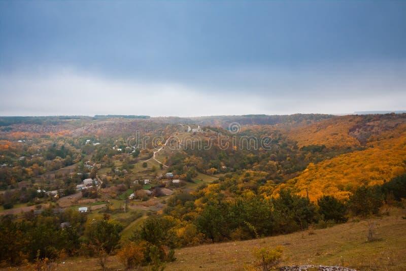 Opinión de Stina, región de Vinnytsia, Ucrania, pueblo del panorama que miente en un valle profundo imágenes de archivo libres de regalías