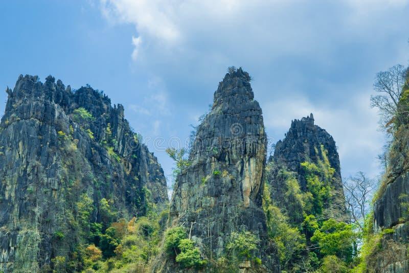 Opinión de Stone Mountain y cielo azul hermoso con el fondo nublado blanco en el campo en la prohibición Mung, NoenMaPrang Pitsan foto de archivo