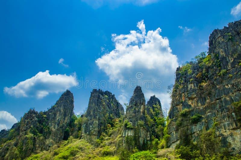 Opinión de Stone Mountain y cielo azul hermoso con el fondo nublado blanco en el campo en la prohibición Mung, NoenMaPrang Pitsan imagen de archivo