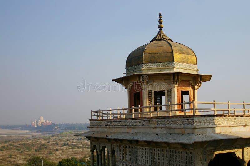 Opinión de Taj Mahal de la fortaleza de Agra imagenes de archivo