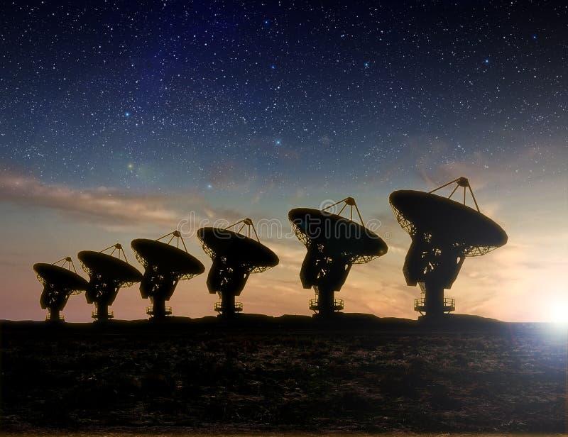 Opinión de telescopio de radio en la noche stock de ilustración