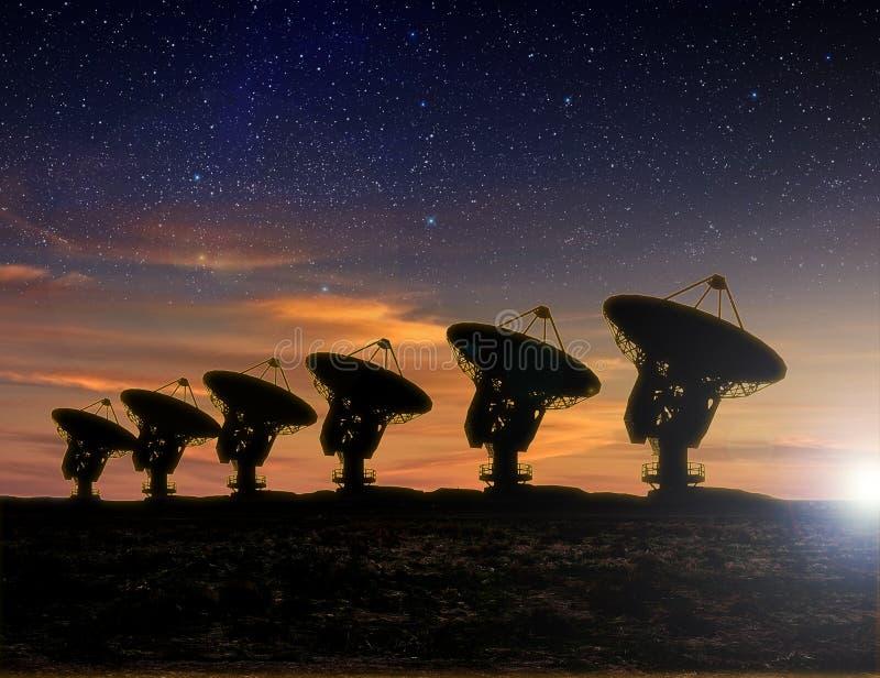Opinión de telescopio de radio en la noche libre illustration