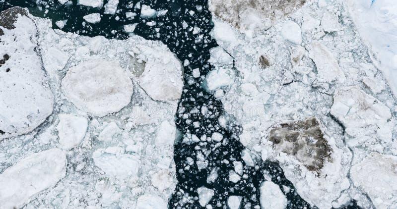Opinión de top aérea de la imagen del abejón de los icebergs - cambio de clima y calentamiento del planeta fotografía de archivo
