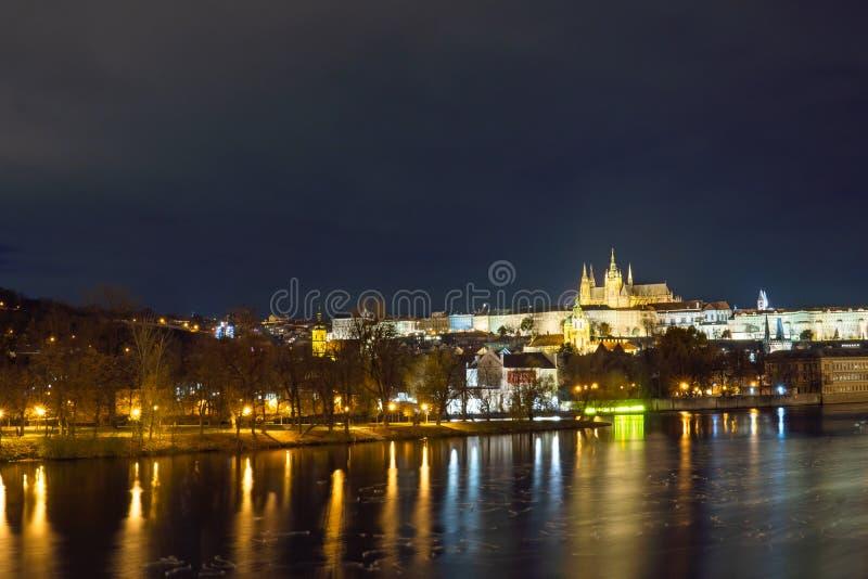 Opinión de Vitus Cathedral Panoramic del castillo y del santo de Praga de la ciudad de la noche, República Checa Río de Vltava fotografía de archivo libre de regalías