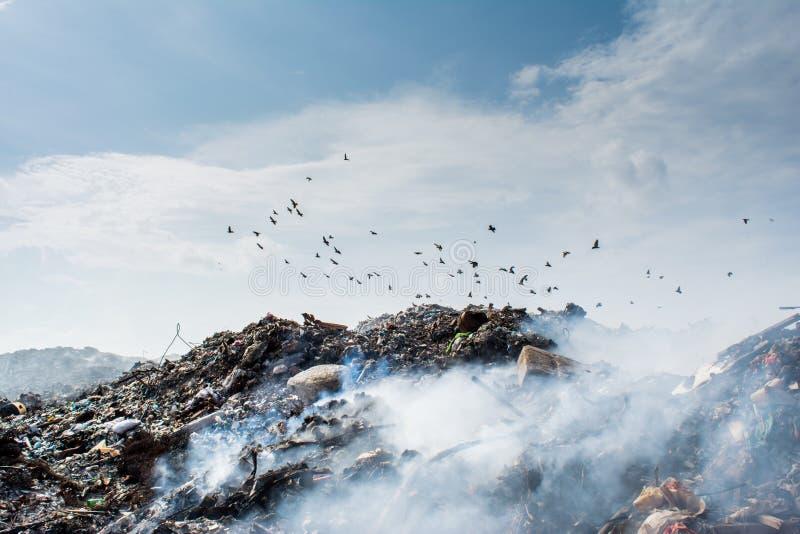 Opinión del área de la descarga de basura por completo del humo, de la litera, de las botellas plásticas, de los desperdicios y d fotos de archivo libres de regalías