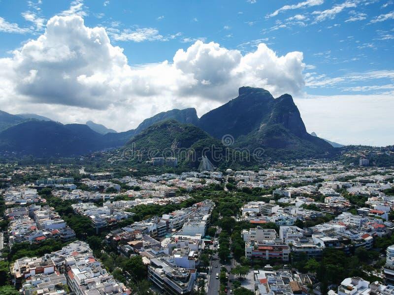 Opinión del abejón de la región de Jardim Oceanico en Barra da Tijuca, colina de piedra de Gavea, Rio de Janeiro imagen de archivo libre de regalías
