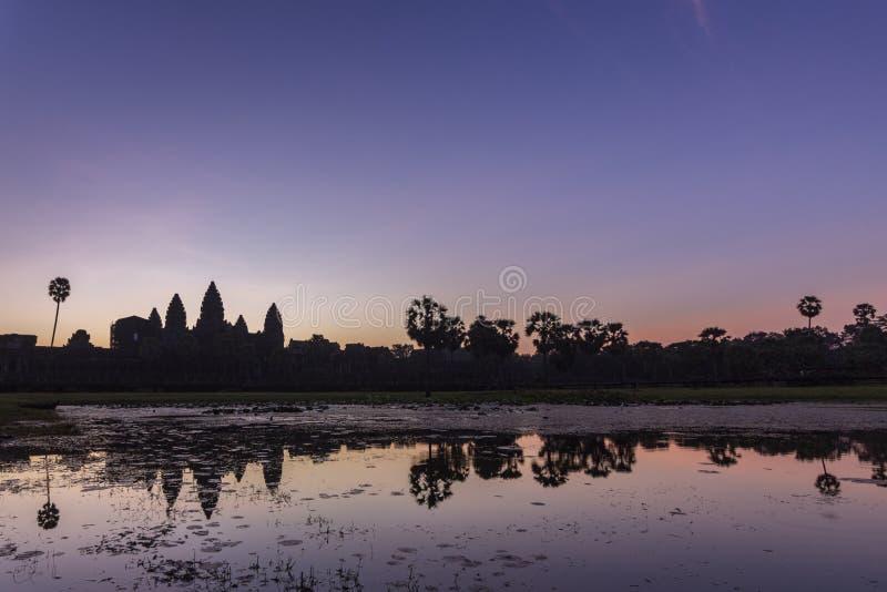 Opinión del amanecer del templo antiguo reflexión compleja de Angkor Wat y del lago, Siem Reap, Camboya imagen de archivo