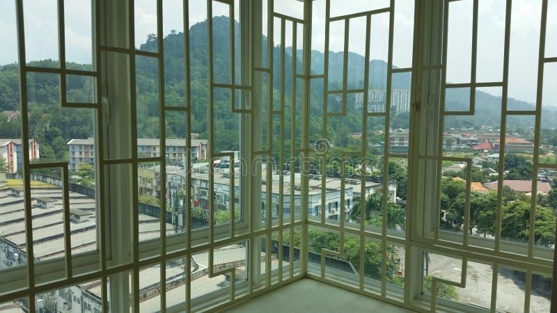 Opinión del apartamento a través de una parrilla imagenes de archivo