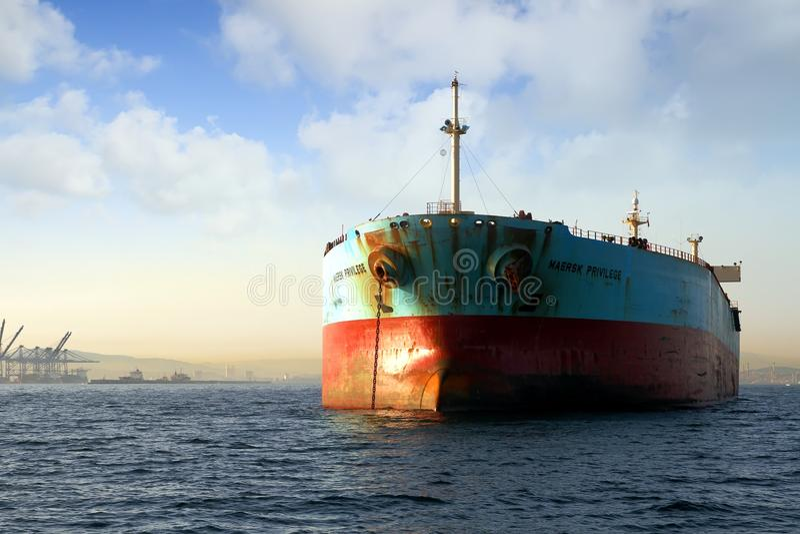Opinión del arco del privilegio de Maersk de la nave del carguero de graneles anclado en la bahía de Algeciras en España imagen de archivo libre de regalías