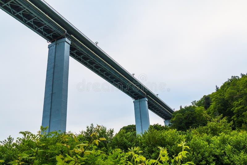 opinión del Bajo-ángulo del viaducto de Zubova Schel, Sochi, Rusia fotografía de archivo libre de regalías