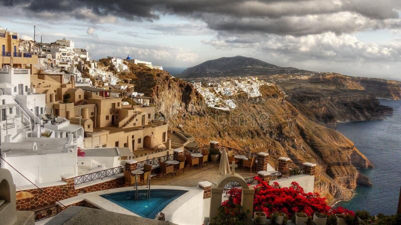 Opinión del balcón del restaurante, isla de Santorini imagenes de archivo