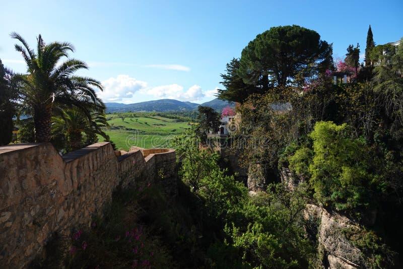 Opini?n del barranco en los jardines de Cuenca en Ronda, Andaluc?a, Espa?a fotos de archivo