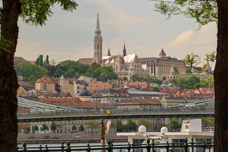 Opinión del bastión del ` s de Matthias Church y de los pescadores, Budapest fotografía de archivo