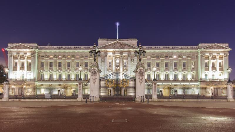 Opinión del Buckingham Palace famoso, Londres, Kingd unido de la noche imágenes de archivo libres de regalías