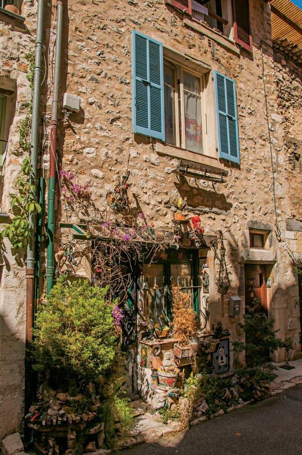 Opinión del callejón con las casas y las plantas de piedra debajo del cielo azul soleado en Vence fotos de archivo libres de regalías