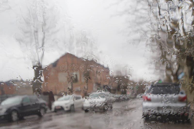 Opinión del camino a través de la ventanilla del coche con gotas de lluvia Luces de Bokeh de la calle desenfocado fotos de archivo libres de regalías