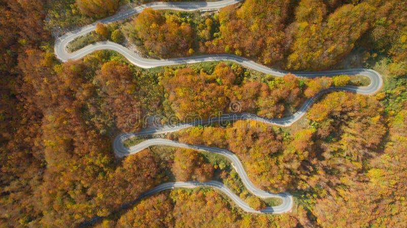 Opinión del camino del zigzag de la montaña del otoño desde arriba imágenes de archivo libres de regalías