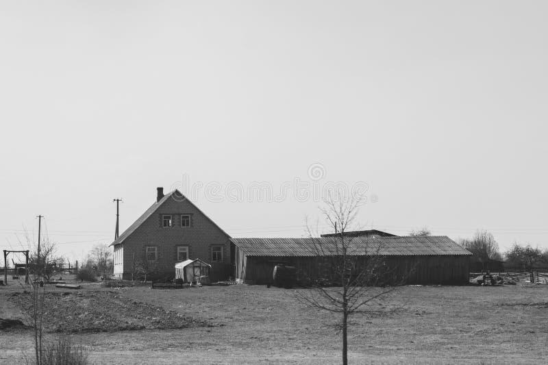 Opinión del campo con la casa del pueblo casa en archivada fotos de archivo libres de regalías