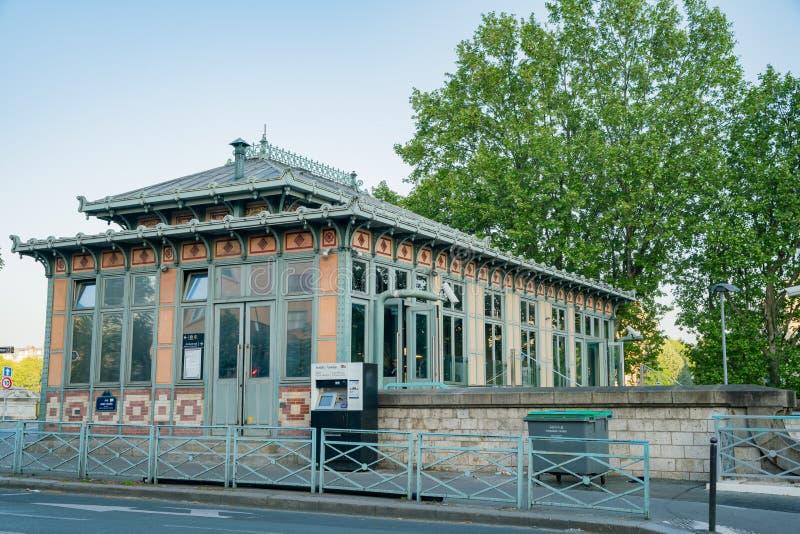 Opinión del Champ de Mars - estación de la mañana de metro de Eiffel del viaje fotos de archivo