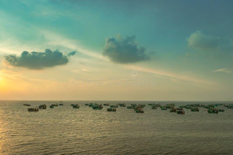 Opinión del cielo con los barcos de pesca anclados en el mar foto de archivo