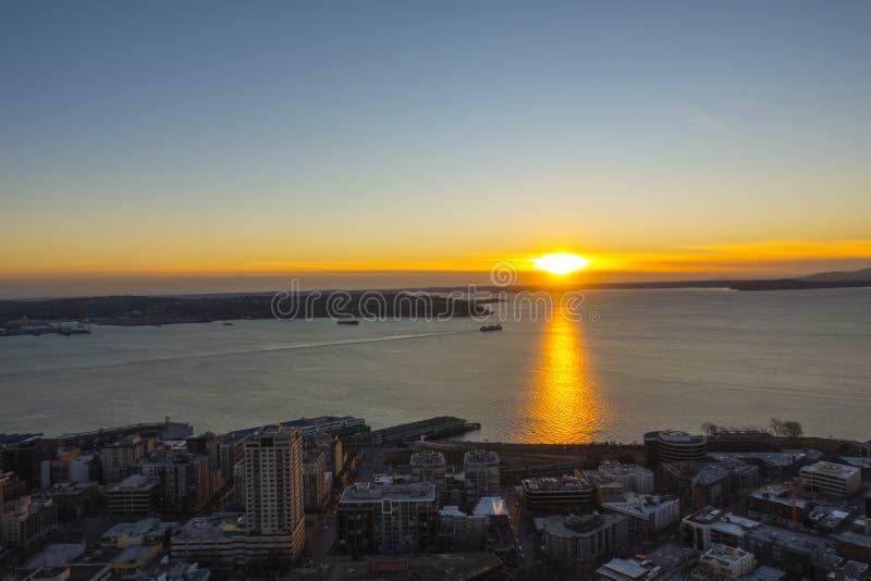 Opinión del cielo de la puesta del sol de Seattle imagenes de archivo