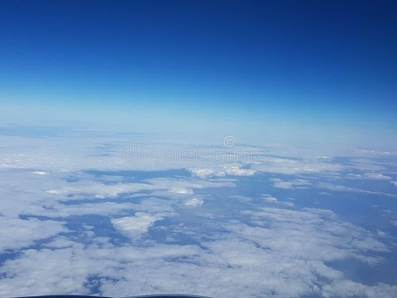 Opinión del cielo de un avión foto de archivo