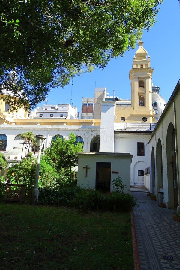 Opinión del convento, jardín con la pequeña capilla y belltower, Buenos Aires, el 30 de diciembre de 2018, la Argentina fotografía de archivo
