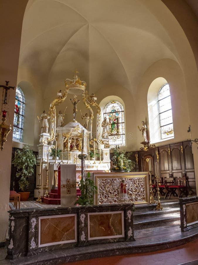 Opinión del coro con un alto altar del toldo en la iglesia de St Stephen en el burg-Reuland, Bélgica foto de archivo libre de regalías
