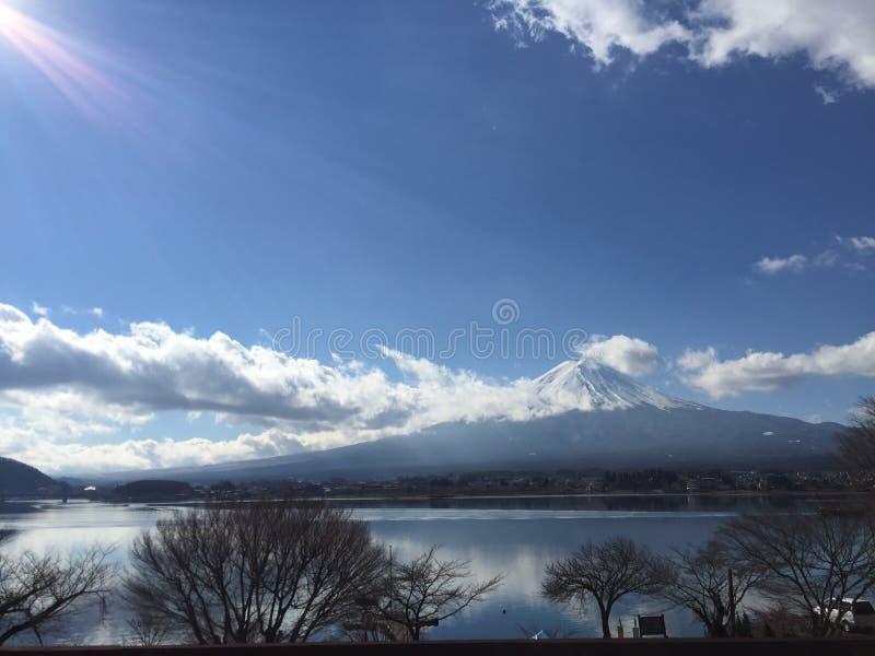 Opinión del día soleado del Mt Fuji con el cielo azul claro, las nubes y el lago liso emergen en el invierno, Kawaguchiko, Yamana imagen de archivo libre de regalías