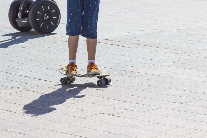Opinión del detalle de las piernas del muchacho del patinador en el monopatín Cierre para arriba fotos de archivo libres de regalías