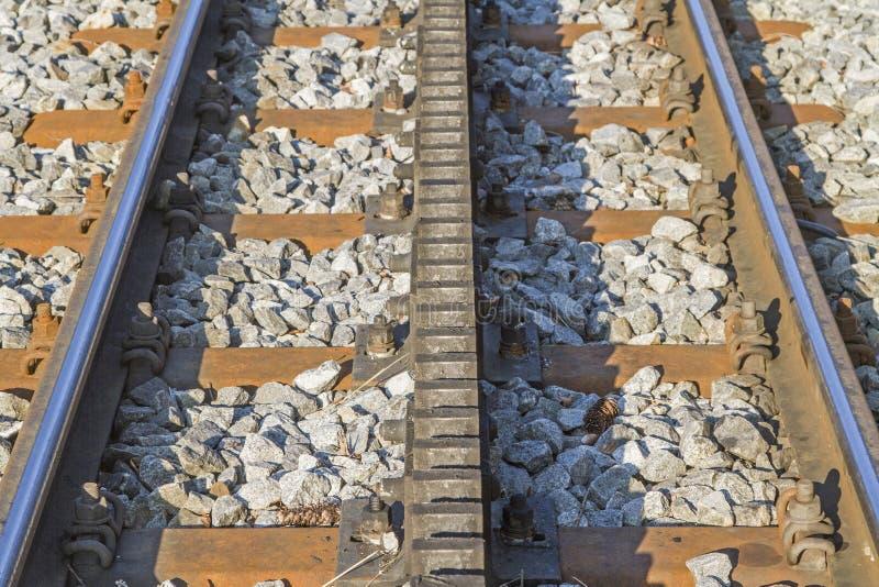 Opinión del detalle de los carriles de un ferrocarril de estante fotografía de archivo libre de regalías