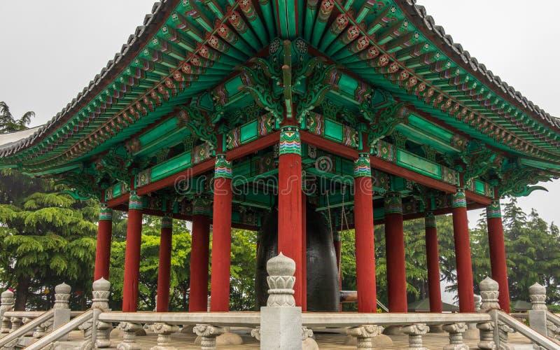 Opinión del detalle del pabellón coreano tradicional de Bell en el parque de Yongdusan Jung-gu, Bus?n, Corea del Sur, Asia fotos de archivo