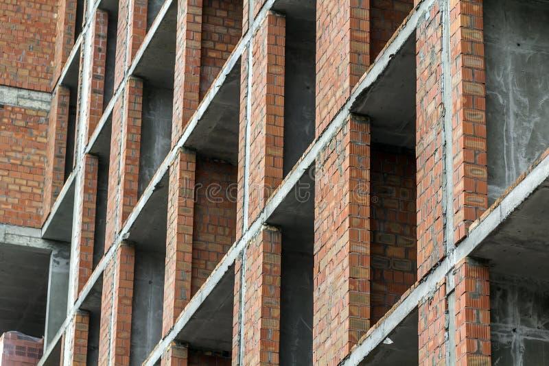 Opinión del detalle del primer de un nuevo trabajo residencial moderno del emplazamiento de la obra de la construcción de viviend imágenes de archivo libres de regalías