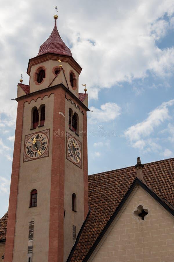 Opinión del detalle sobre la iglesia principal, der Taufer del St Juan de Pfarrkirche, en el pueblo del municipio del Tirol Tirol fotografía de archivo
