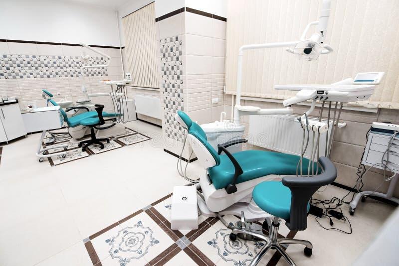 Opinión del diseño de la oficina de la odontología con las herramientas fotografía de archivo